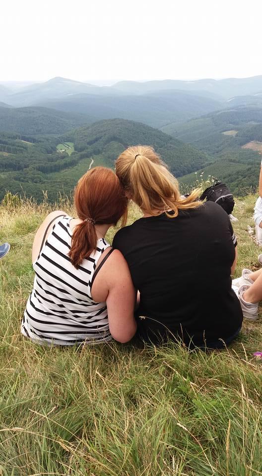 Wanderpause - Zwei Mädchen geniessen die Aussicht