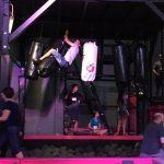 Jugendliche haben Spaß im Sprungraum beim Trampolin springen und Parkours Training