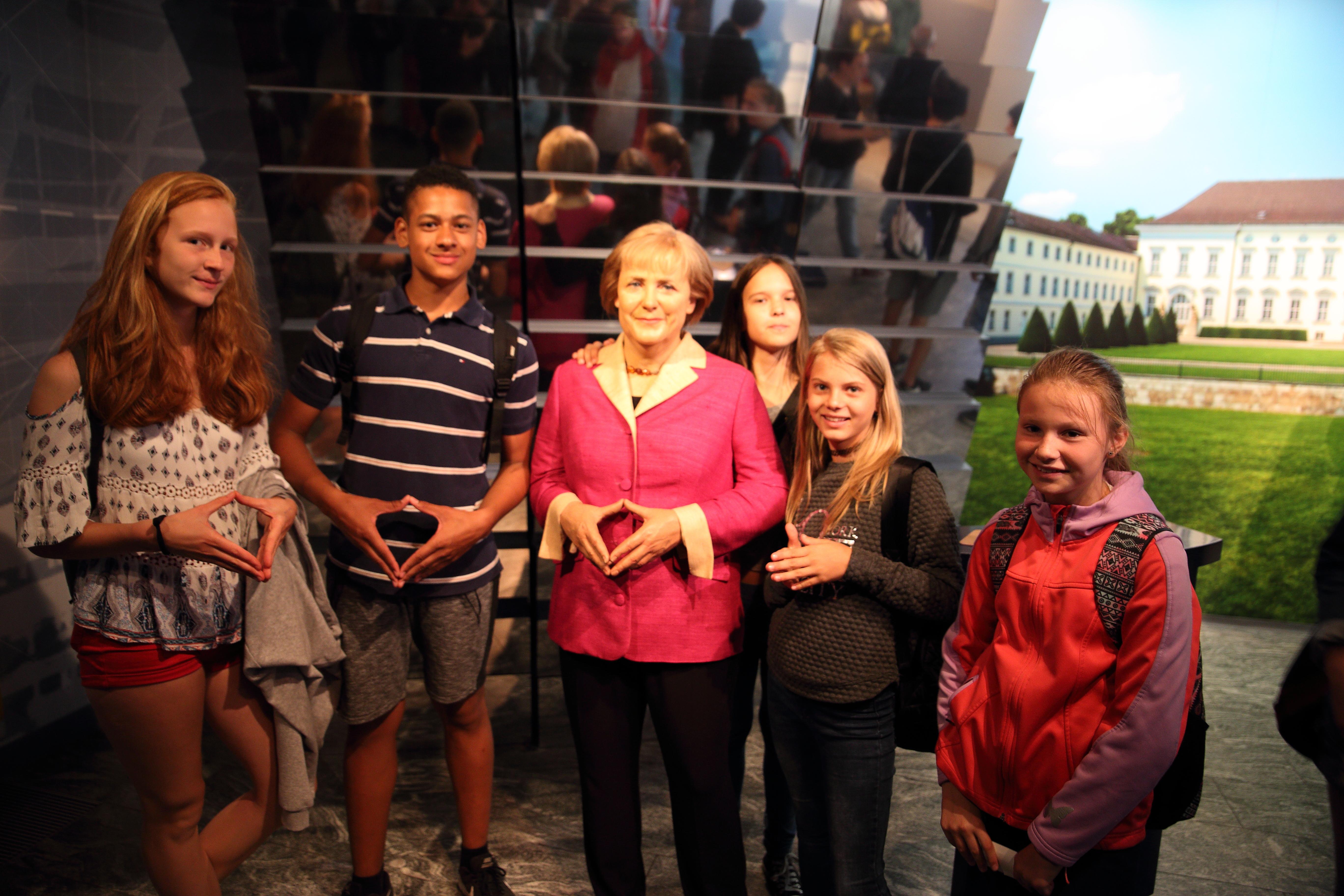 Gruppenfoto mit Angela Merkel bei Madame Tussauds