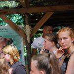 Jugendliche hören interessiert zu was der Archeologe aus Ungarn über Höhlenmenschen erzählt