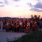 Gruppenfoto mit Fackeln in Belapatfalva