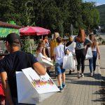 Jugendliche auf dem Weg zur Schule mit Geschenktaschen für den Abschiedsabend